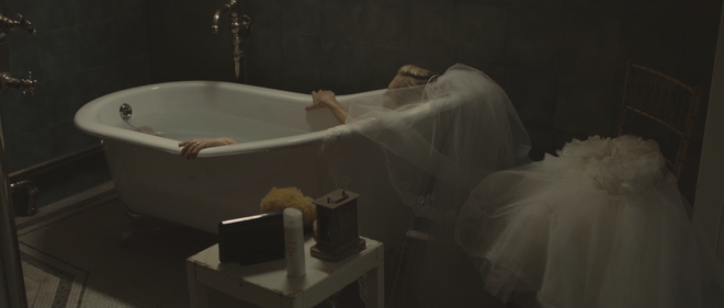 IMAGE: Film still - Dunst in bath